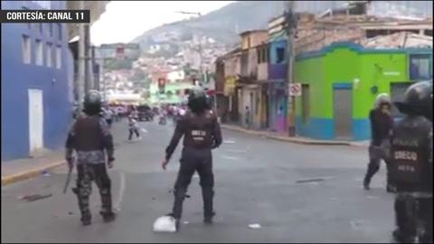 El otro ángulo de la pelea entre barras y policías antes del clásico capitalino