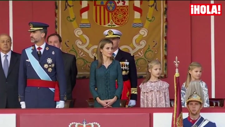 Los Reyes presiden con sus hijas su primer desfile de la Fiesta Nacional