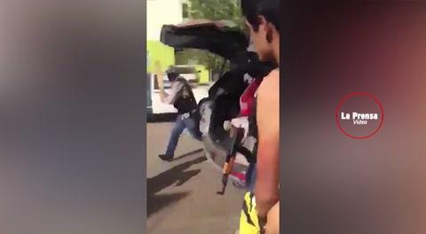 Comando armado golpea a hombres desnudos en México