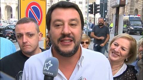 Fumogeni, uova e scontri: Salvini contestato a Padova
