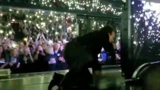 Bono, vocalista de U2 sufre aparatosa caída durante show