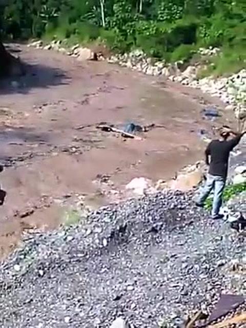 Honduras: Se salva de morir mientras su camión es arrastrado por un río