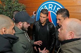 Hinchas parisinos visitan entrenamiento del PSG para motivar a la plantilla previo al Real Madrid