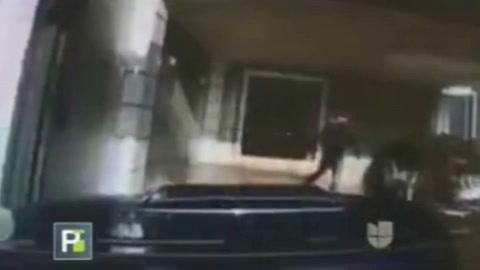 Hombre embiste con su auto  a dos individuos que robaban en su casa