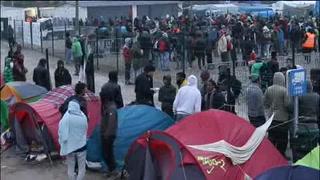 Migrantes abandonan la 'Jungla' de Calais
