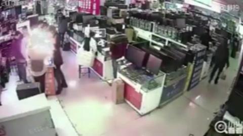 Un hombre muerde un iPhone para probar si es auténtic  y el teléfono explota