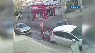 Anne ve bebeğine araba böyle çarptı