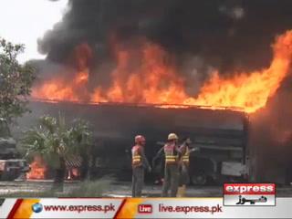 پشاور میں آئل ٹینکرز ٹر مینل میں آگ بھڑک اٹھی