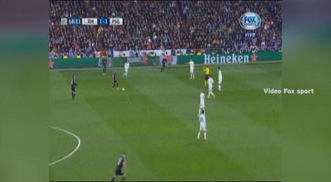 Así fue el balonazo de Neymar al arbitro del partido