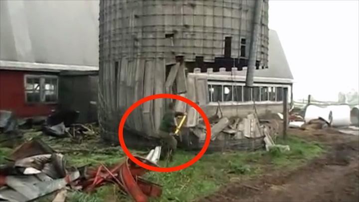Bonde slår ned silo med slegge - må løpe for livet