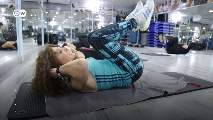 Mujer de 88 años comparte rutina de aeróbicos a veinteañeras