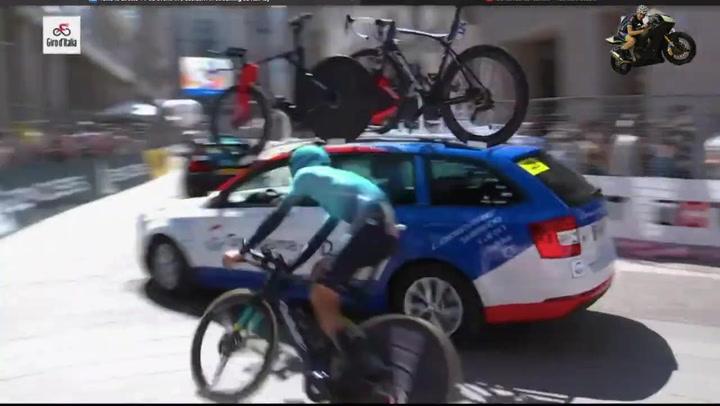 Matteo Sobrero estalla a puñetazos con un coche rival en el Giro de Italia