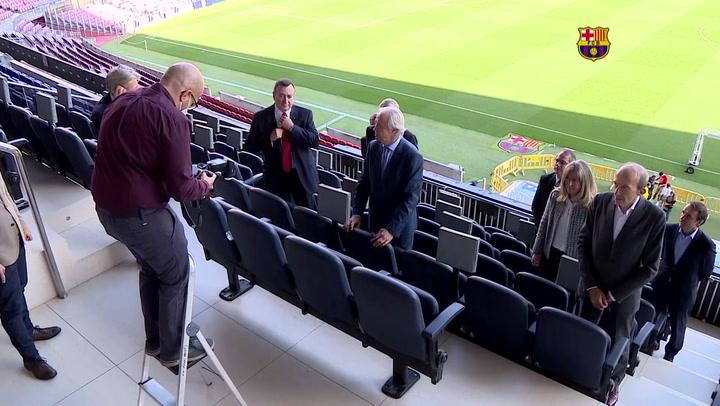 La junta gestora del Barça posa con el Camp Nou de fondo