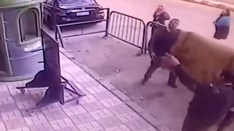Un policía logró atrapar a un chico que se cayó de un balcón