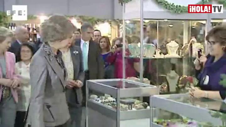 La reina Sofía compra regalos para sus nietos en el rastrillo Nuevo Futuro