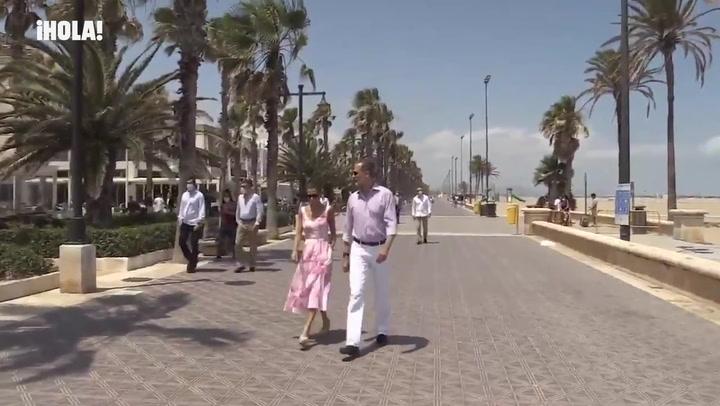 ¡Visita inesperada! Don Felipe y doña Letizia sorprenden a unos comensales de la playa de la Malvarrosa