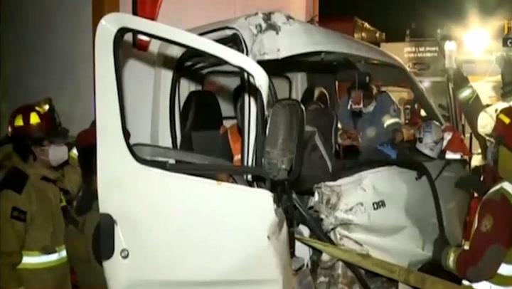 Conductor se queda dormido al volante y estrella su auto contra un tráiler