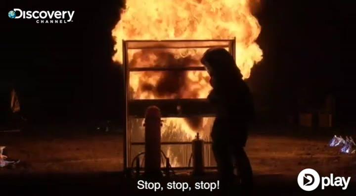 Vild test: Kan en brandslukker holde en flammekaster tilbage?