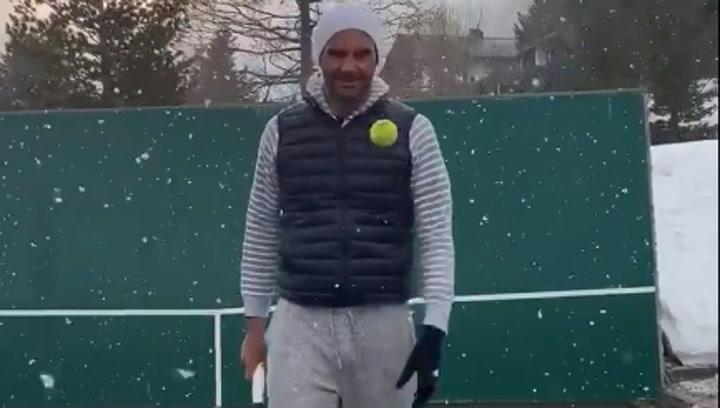 Roger Federer vuelve a jugar a tenis en medio de una nevada