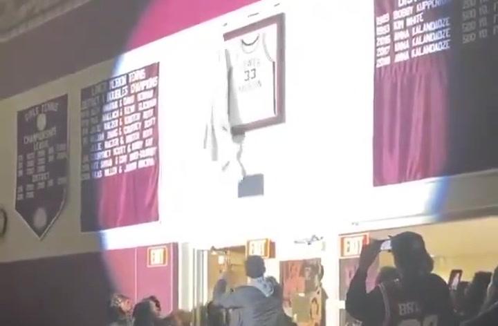 La 'high school' de Kobe Bryant recupera su camiseta robada