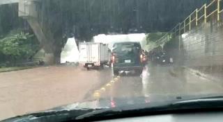 Fuertes lluvias inundan el bulevar FFAA de la capital