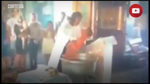 Un sacerdote ruso agita y provoca heridas a un niño durante su bautizo