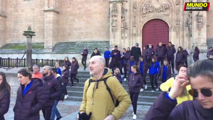 El Barça femenino pasea por el centro de Salamanca
