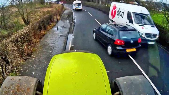Bilistene tar livsfarlige sjanser i møte med traktor