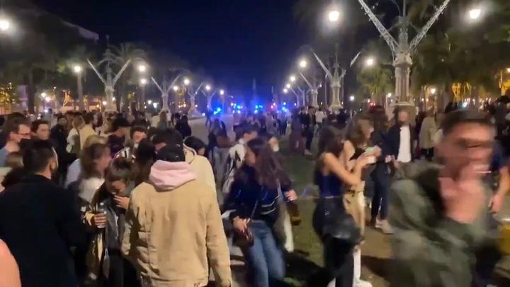 Centenares de jóvenes celebran el fin del confinamiento en Barcelona