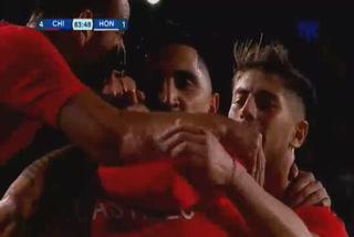 Nicolás Castillo anota el 4 - 1 de Chile ante Honduras