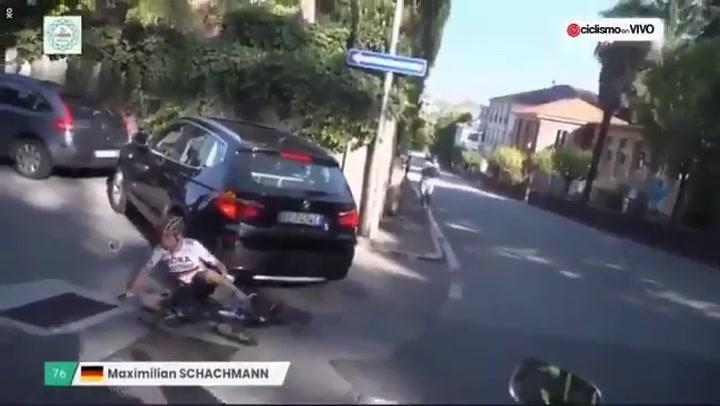 Increíble: Un coche se cuela en Il Lombardía y tira a un ciclista
