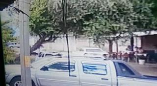 Brutal choque entre camioneta y motocicllista deja un muerto y un herido