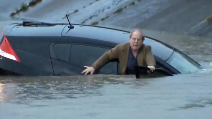 TV-reporter redder mann fra synkende bil på direkten