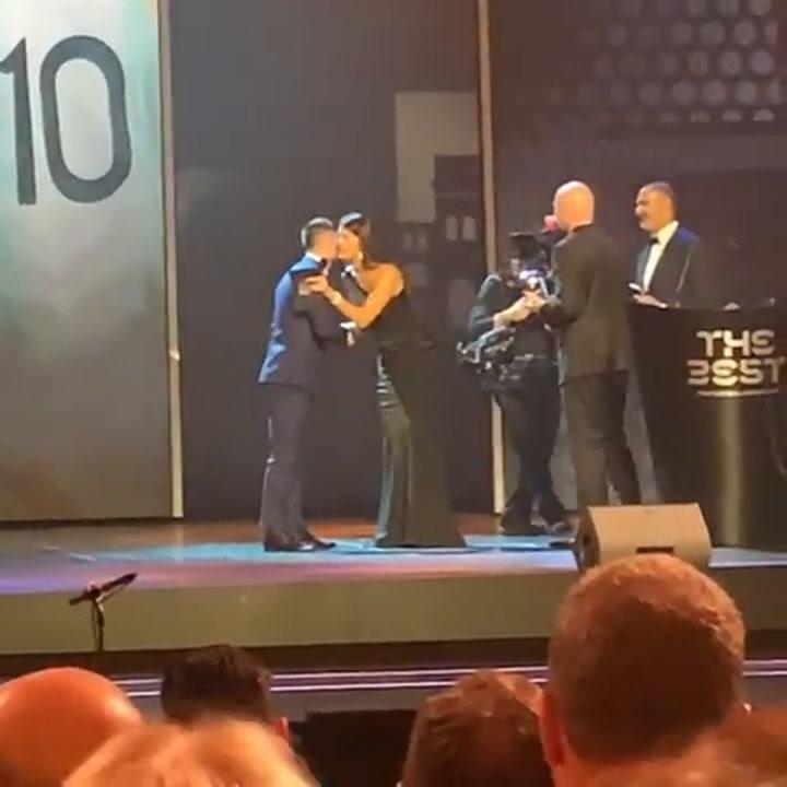 Carles Puyol ha compartido en las redes la entrega del premio The Best a su amigo Messi