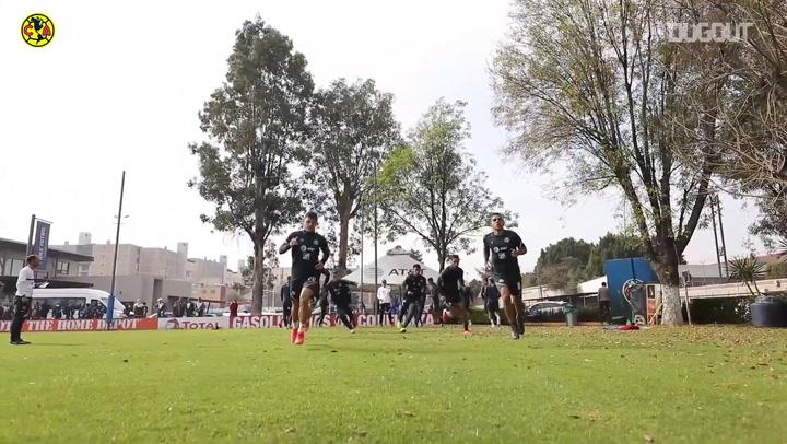 Solari calienta con los jugadores en el entrenamiento del América