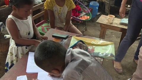 Maestros se resisten a abandonar a sus alumnos en empobrecida región indígena de México