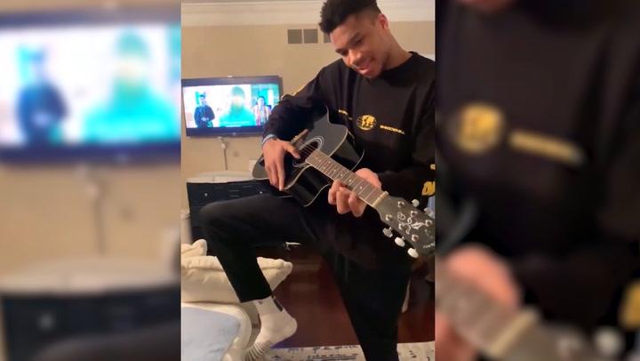 Antetokounmpo muestra sus habilidades con la guitarra y se ofrece a una banda