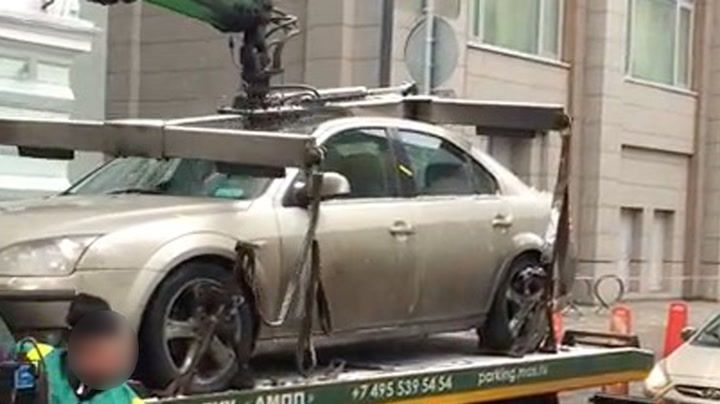 Ufokusert kranfører knuste bilen på lasteplanet