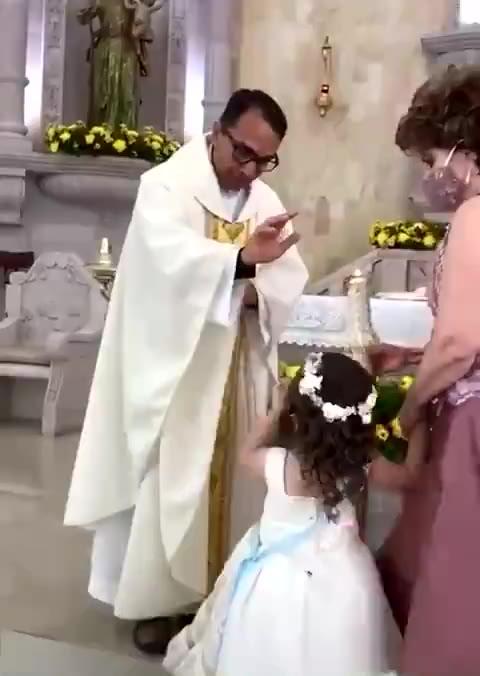 Niña confunde la bendición de sacerdote con