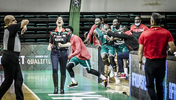 La entrenadora Liz Mills destruye prejuicios en el basket africano