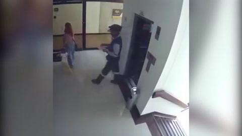 Madre salvó a su hijo de caer al vacío en un edificio