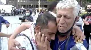 Hinchas de Boca y River lloran desconsoladamente la muerte de Diego Maradona