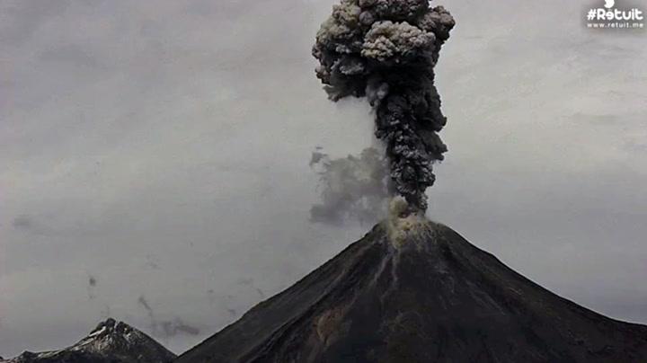 Amper vulkan med 14 utbrudd på 12 timer