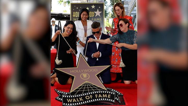 Alejandro Sanz, radiante al descubrir su estrella en el Paseo de la Fama de Hollywood junto a Rachel Valdés