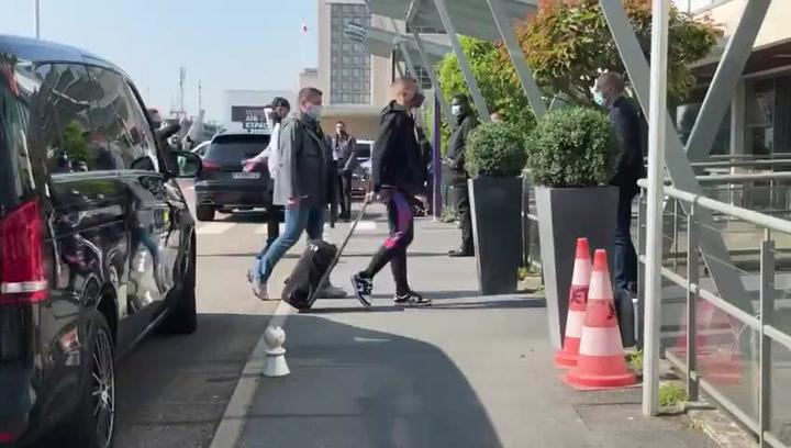 Mbappé con molestias para caminar a su llegada al hotel de concentración del PSG