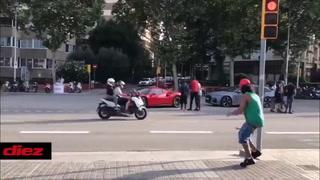 Arturo Vidal llega al Camp Nou en su espectacular Ferrari y Piqué en bicicleta
