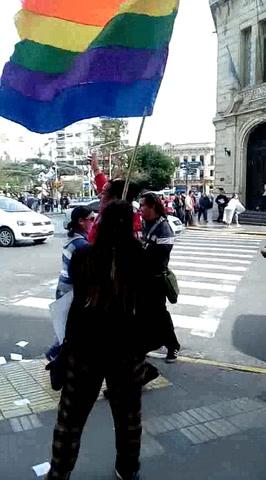 El colectivo LGBT protestó frente a la Municipalidad por la agresión a una trans