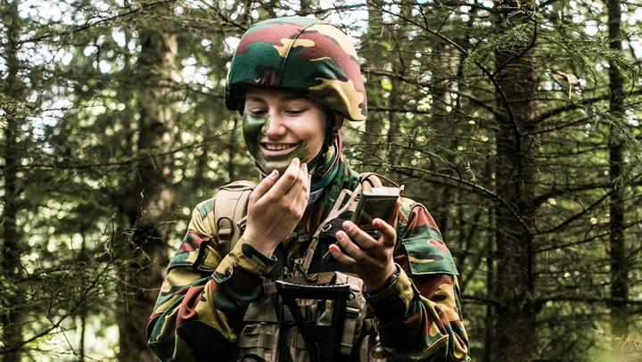 Con traje de camuflaje y practicando tiro: Elisabeth de Bélgica ya ha comenzado sus entrenamientos militares