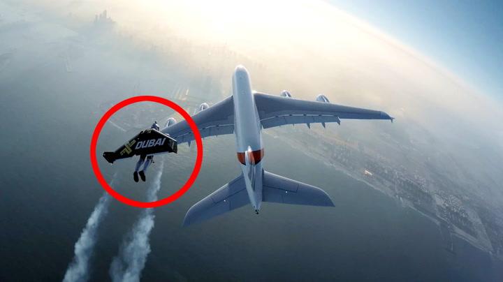 Her flyr «Jetman» forbi kjempeflyet