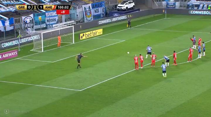 El extravagante penalti de Diego Souza en el Gremio - América de Copa Libertadores